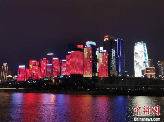 十屏联动的重庆夜景灯光秀。 张燕 摄