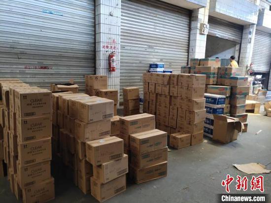 图为警方查获的部分假冒品牌日化品。 重庆渝中公安供图