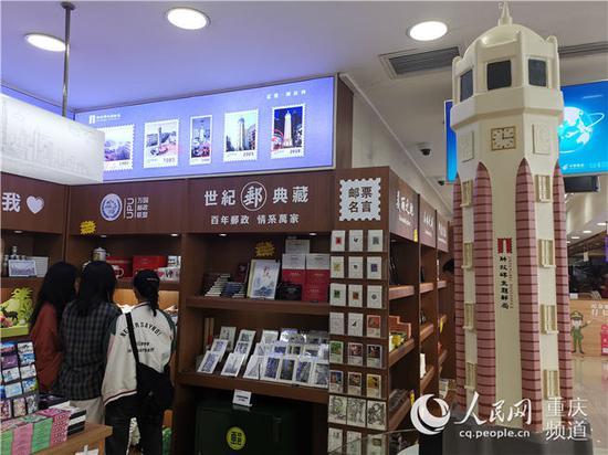 游客在解放碑主题邮局挑选纪念品。陈琦摄