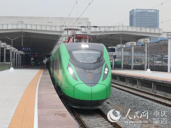 重庆北至西宁的D755次动车组列车静静停靠在重庆北站站台。 李文航摄
