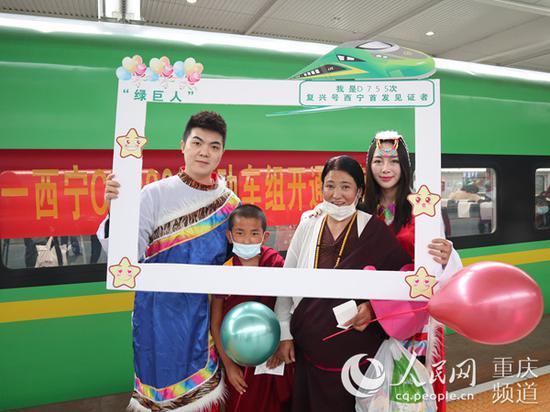 重庆北至西宁的D755次动车组列车首发,乘客拍照留念。 李文航摄