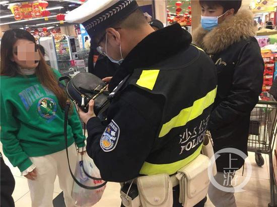 李女士(绿色上衣)寻求民警帮助