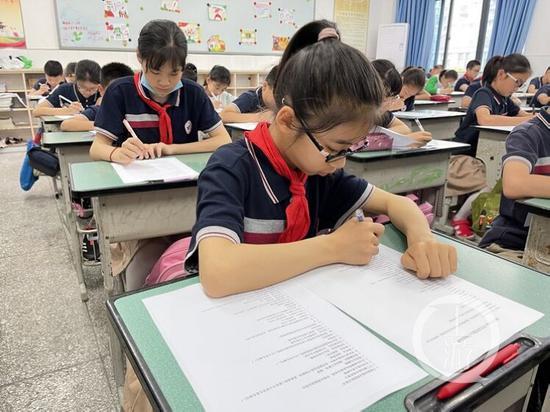 △生活垃圾分类民意调查小组走进江北区鸿恩实验学校