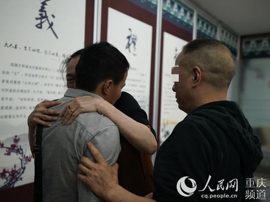 经过漫长等待儿子终于与父母团聚。渝中区公安分局供图
