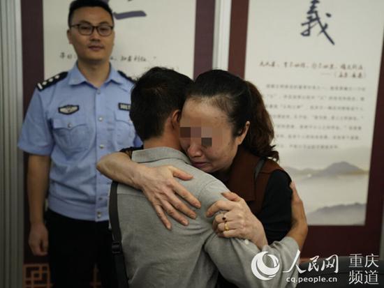 母亲抱着等待26年寻回的儿子痛哭流涕。渝中区公安分局供图