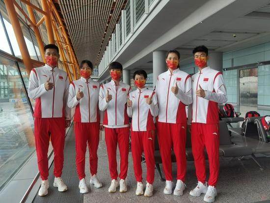 中国跆拳道队前往机场准备出发,右一为赵帅