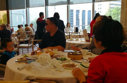 图3:在外就餐,建议使用公筷,并且确保餐具洁净卫生 图/张华