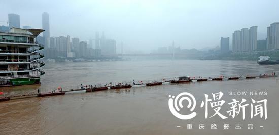 """南滨路一鱼庄在洪水搭起了""""浮桥"""""""