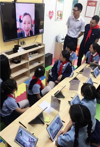 孩子们在爱心小屋体验视频通话 中国电信重庆公司供图