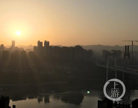 △17日清晨,太阳缓缓升起,照亮山城。上游新闻·重庆晨报记者 张锦旗 摄