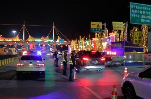 春节假期,坚守岗位的重庆交通行政执法总队执法人员。重庆交通行政执法总队供图