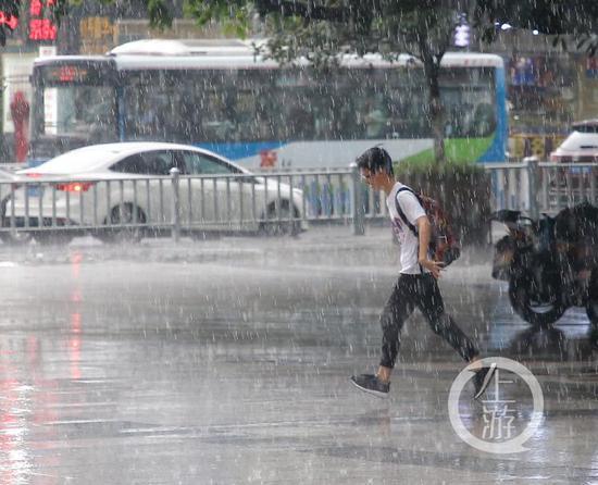 △雨中奔跑的市民
