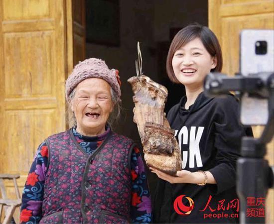 """""""葱花儿""""在帮村民卖腊肉。 受访者供图"""