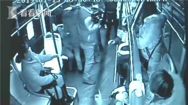 醉酒男暴打公交司机 热心乘客扛着摄像机冲上去