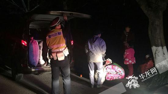 民警检查超载面包车。渝北警方供图 华龙网发
