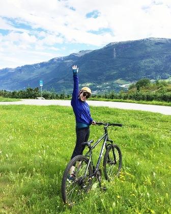 喜欢旅行的杨欣玥在挪威峡湾骑行20公里