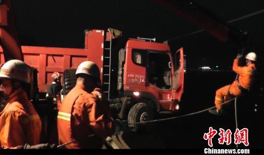 消防官兵利用抢险救援车吊臂进行救援。 肖乐峰 摄