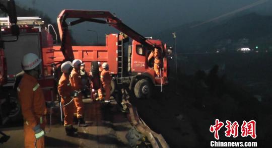 货车车头悬在距地面近乎二十米的半空中。 肖乐峰 摄