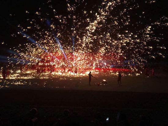 铜梁火龙表演现场。