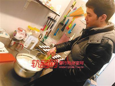 李东正在制作蛋糕