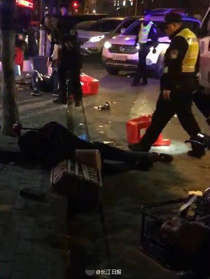 据悉,2名男性伤者送医院救治无生命危险,警方正在追抓打人者。