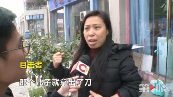 目击者表示,这位母亲硬生生被儿子从楼上追打到了楼下,儿子甚至拿出了菜刀、皮带、砖头追打母亲。