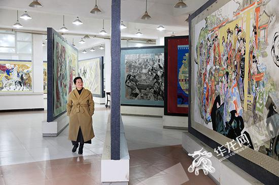 江碧波与《上下五千年》。记者 刘嵩 摄