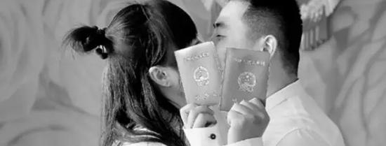 一对新人在领取结婚证后亲吻纪念。  新华社