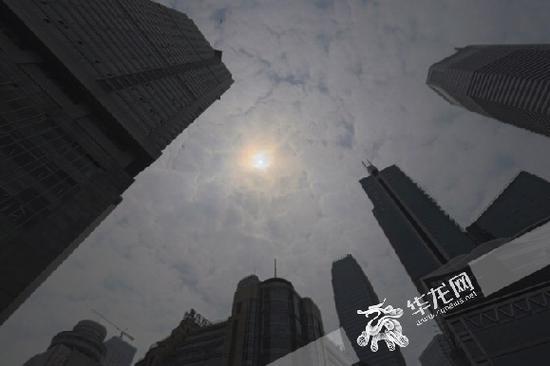 午后天气转晴,太阳探出云层。记者 李裕锟 摄