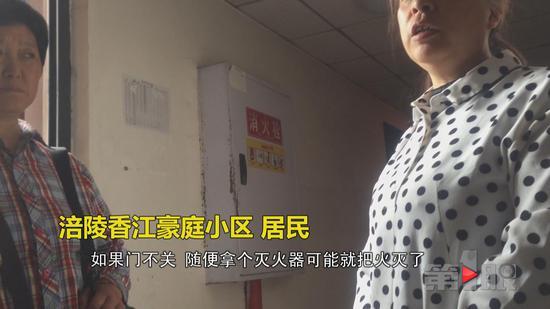 后来消防人员赶到现场,把门打开,将被困老大爷救出。由于严重烧伤,目前老人仍在医院进行抢救。