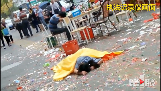 重庆一对年轻男女路边席地而睡一整晚 现场狼狈不堪
