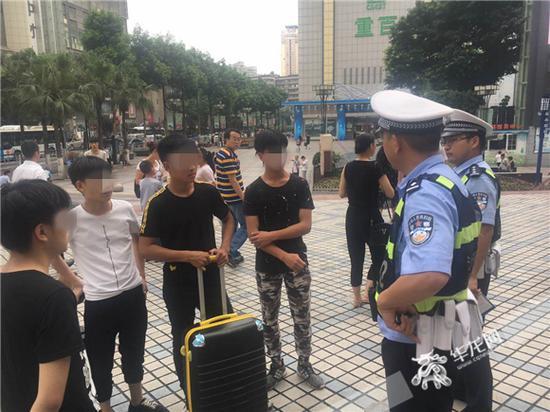"""报警学生向民警讲述""""被骗""""的经过。记者 张勇 摄"""