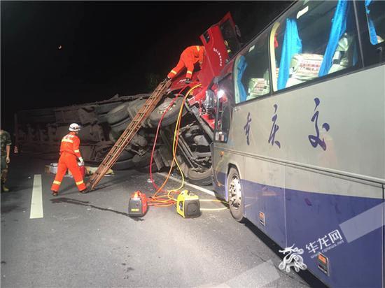 消防官兵营救困在载重挂车驾驶室的驾驶员。璧山消防供图