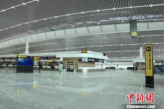 图为 新建的重庆江北机场T3航站楼正处于内部商业装修的收尾阶段,将于今年7月末正式投入使用。 高吕艳杏 摄