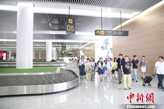 图为 媒体记者模拟旅客在T3A航站楼乘机的线路逐一参观。 主办方供图