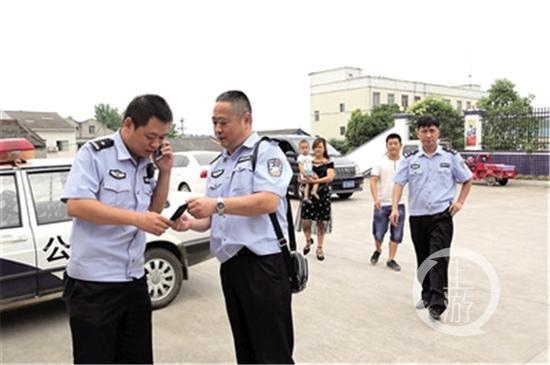 民警带着谭茂豪回四川绵阳认亲。