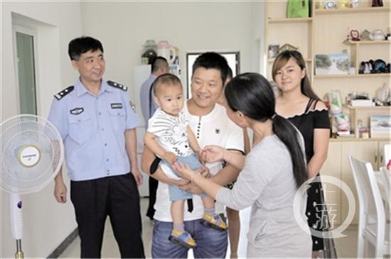 家人欣喜地逗着谭茂豪的儿子。
