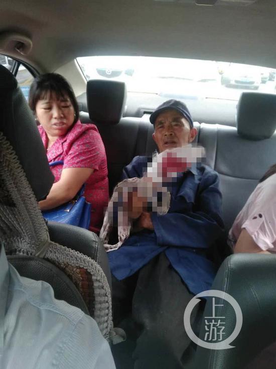被救助的老人。上游新闻-重庆晨报记者 雷键 摄
