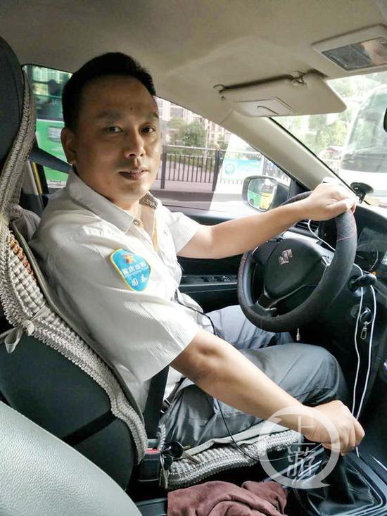 的哥李小强。上游新闻-重庆晨报记者 雷键 摄