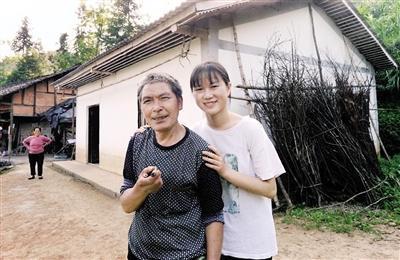 谭风容和养父谭易荣。 本报记者 杨新宇 摄