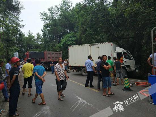 事故现场,不少群众关注救援进展。梁平消防供图 华龙网发