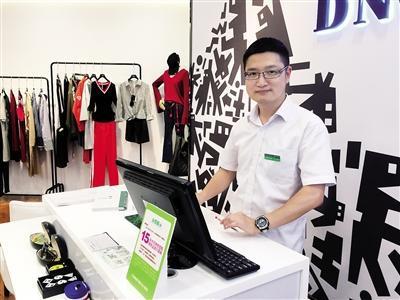 重百合川商场员工陈昊。本报记者 甘侠义 摄