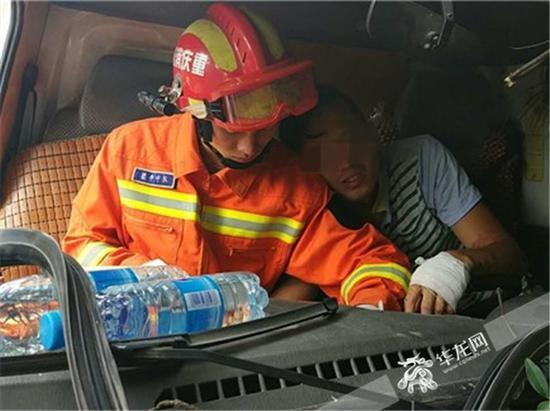消防官兵查看驾驶员的被困位置。梁平消防供图 华龙网发