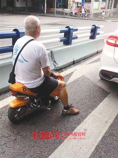 黄女士在观鸿大道附近拍到一老人骑着儿童车