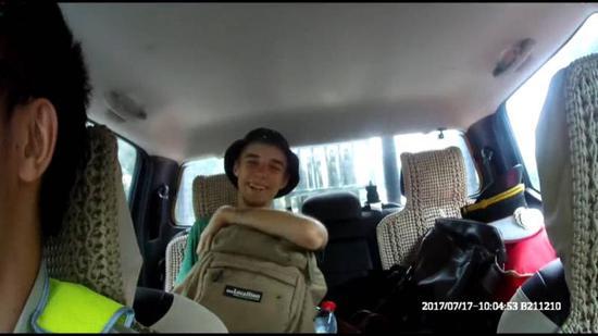 重庆:俄罗斯小伙子穷游迷路 执法队员送他干粮