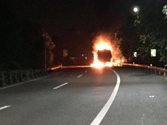 重庆高速一大货车自燃 现场火光冲天