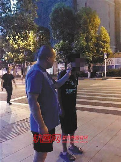 轨道民警陈新颖正在帮助男孩寻找家人