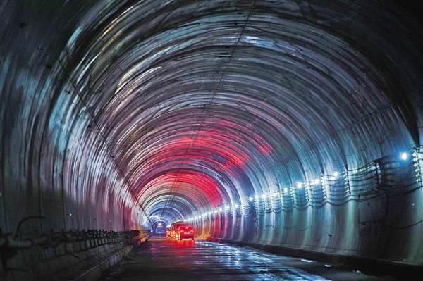 8月8日,轨道交通1号线尖璧段缙云山隧道贯通。记者 张锦辉摄