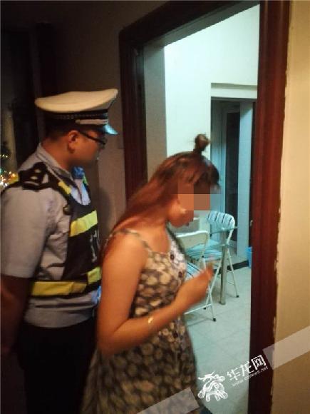王女士介绍现场情况。沙坪坝警方供图 华龙网发
