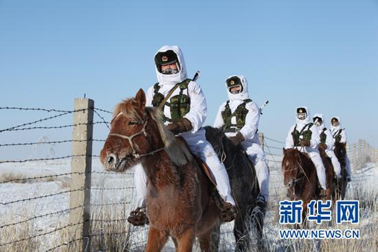 图为雪天巡逻,三角山哨所官兵们的脸上、眉毛上、防寒面罩上满是霜花。(陈在林 摄)